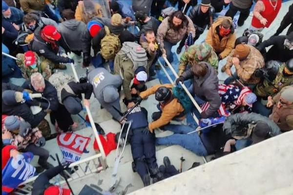 Mike Fanone being beaten.jpg
