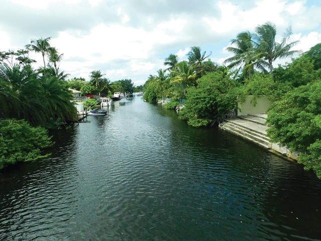 Biscayne-Canal-at-Miami-Shores,-looking-west.jpg